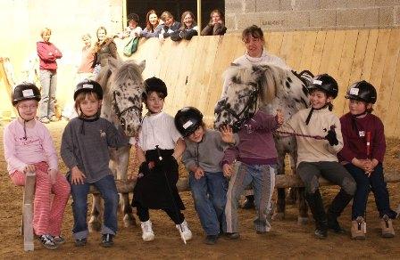HIPPOLINI® Gruppenunterricht in der Reithalle mit 2 Ponys und Cavaletti